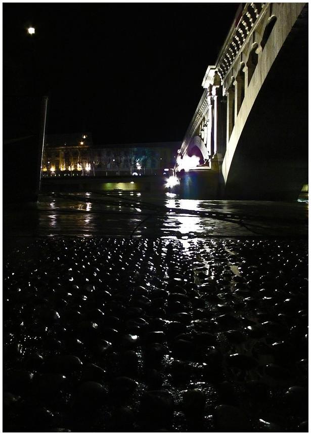 night lyon bridge
