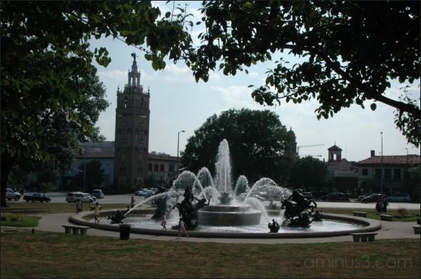 JC Nichols Fountain, Kansas City, MO. 08/2007.
