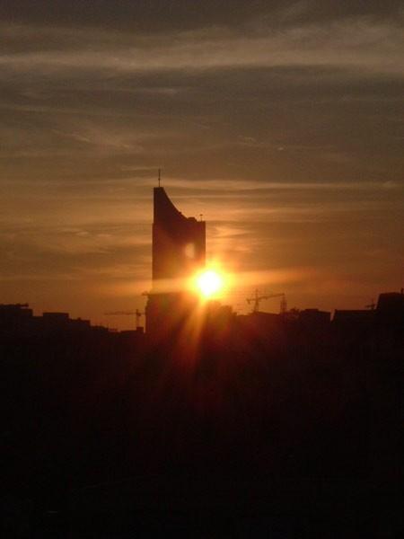 Leipziger Uniriese im Sonnenuntergang