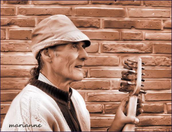 musicien des rues bulgare, regard vide ...