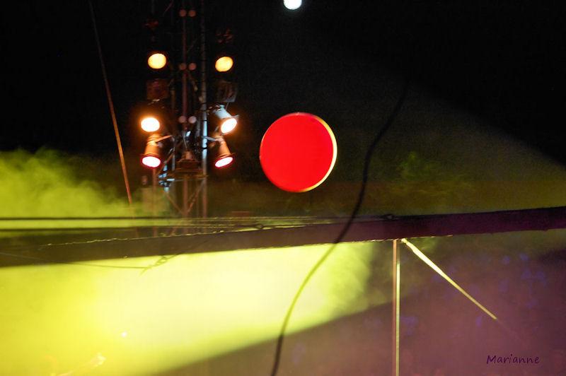 Soleil rouge sur fil noir ...