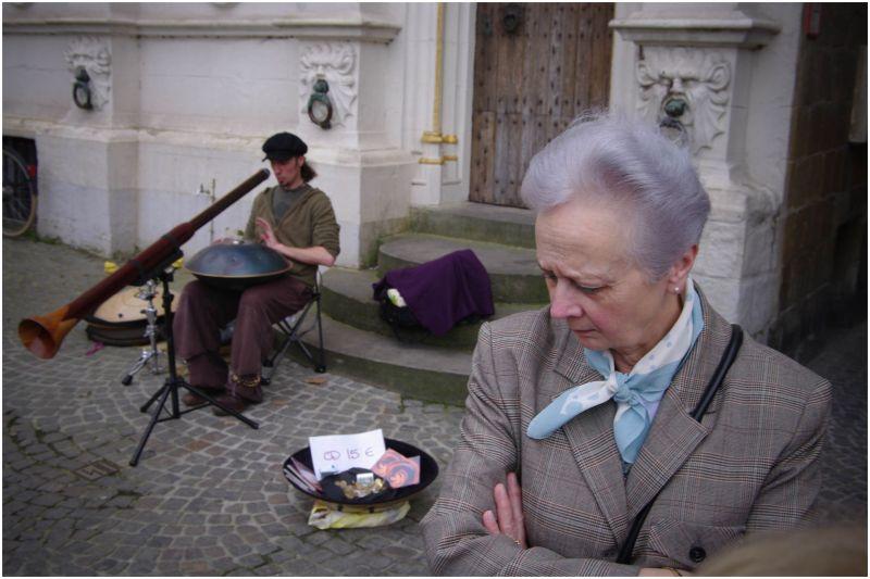 woman and streetmusican