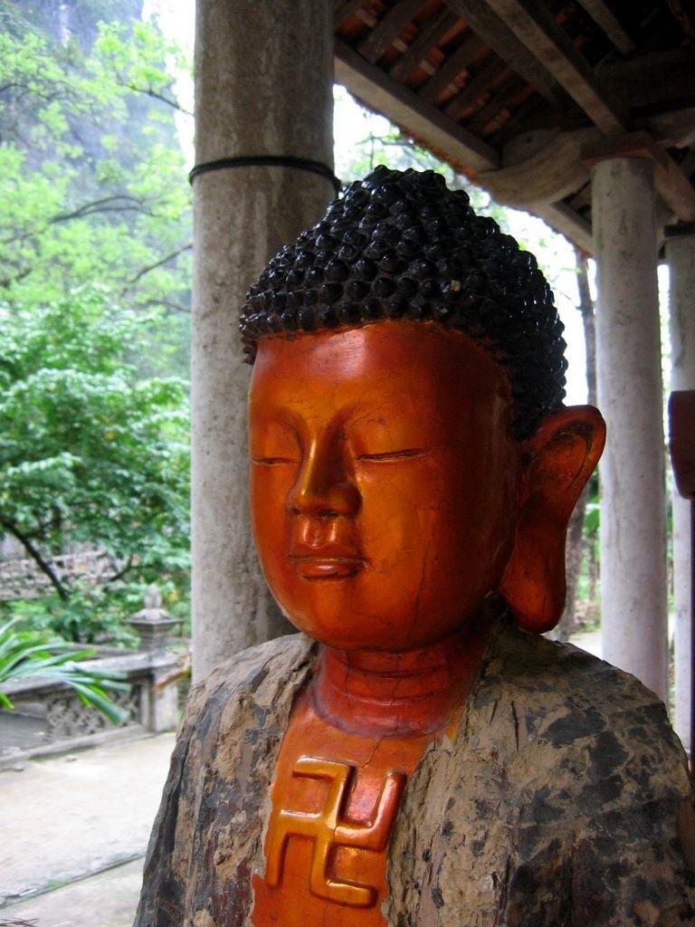 Statue dans un temple à Tam Coc