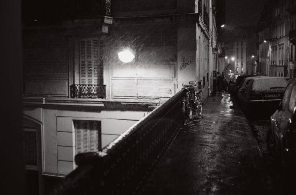 un vélo sous la pluie