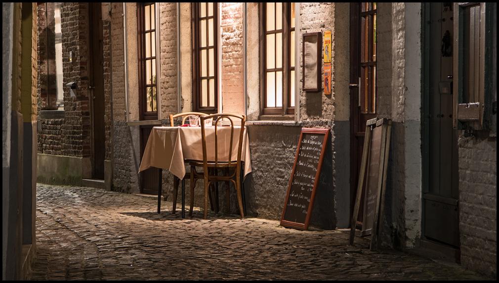 stoel tafel Brugge eten sfeer chair table Bruges