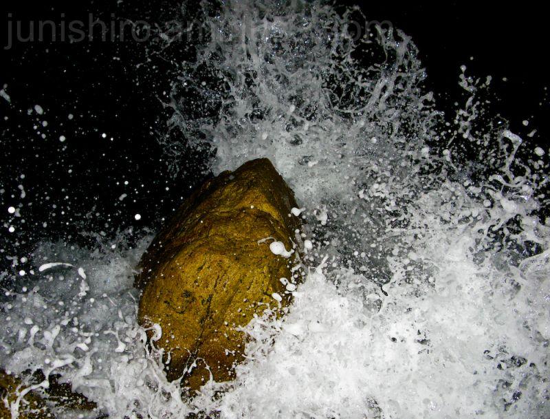 piedra grande a la orilla del mar