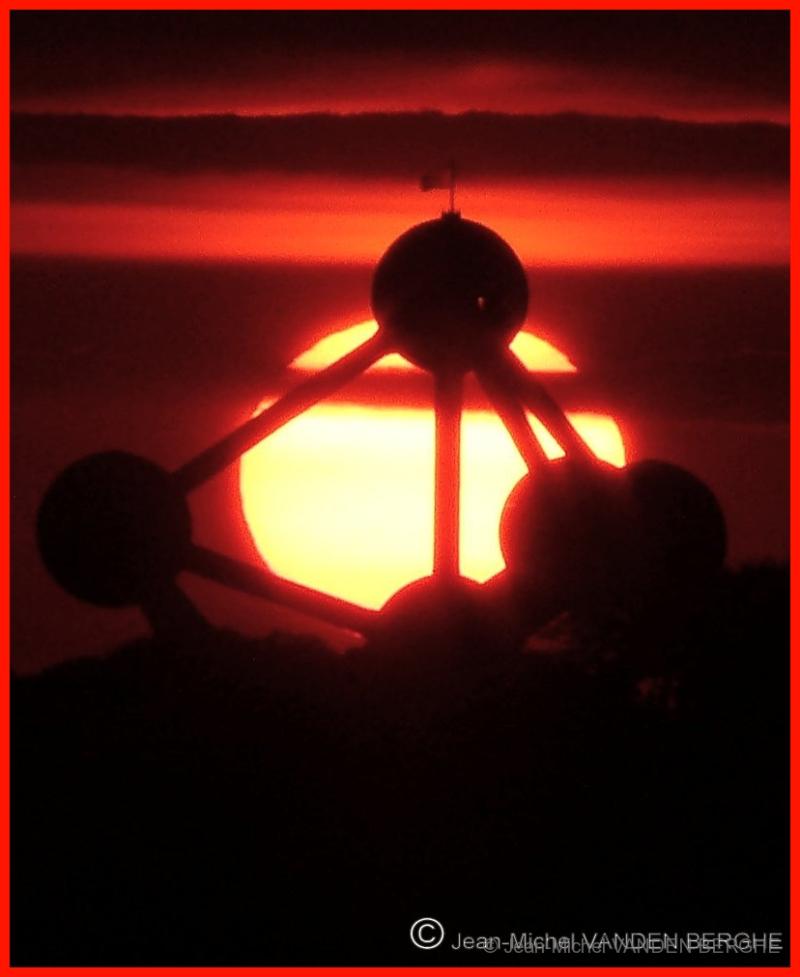 The sun behind the Atomium