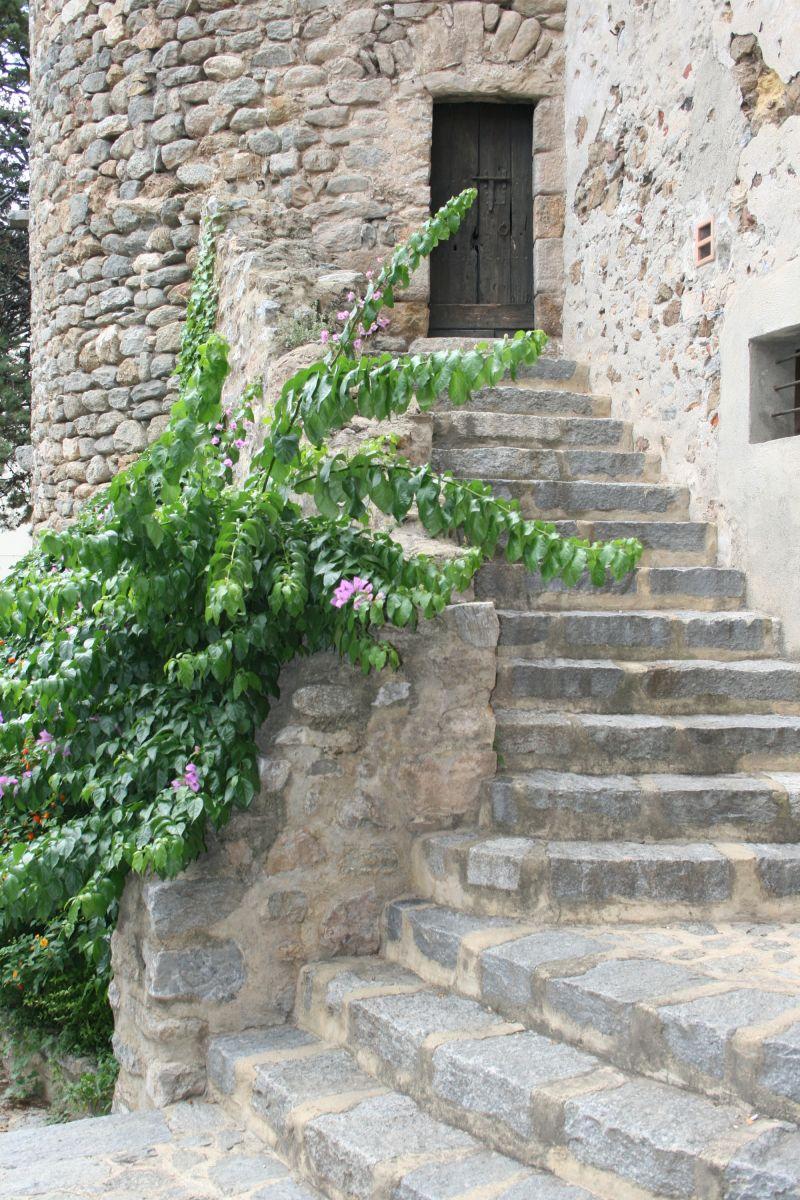 Place de l'église de Palalda, détail