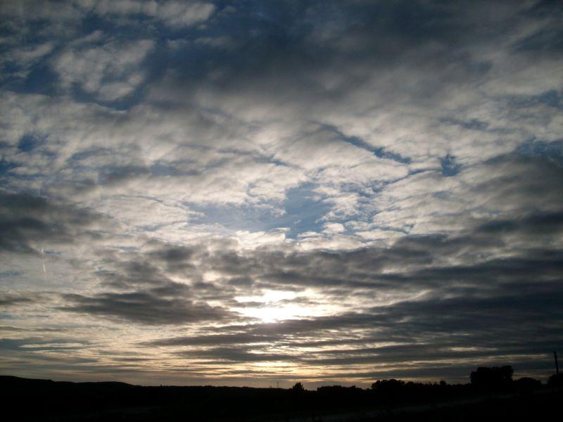 un petit coucher de soleil nuageux
