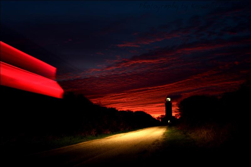Un phare, une voiture Pen Men la route