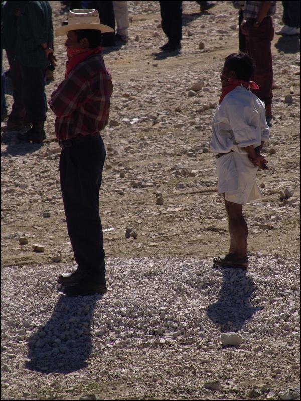 Deux Zapatistes qui observent