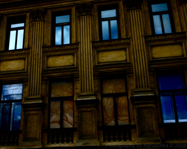Arbre reflet mur jaune vienne ciel bleu
