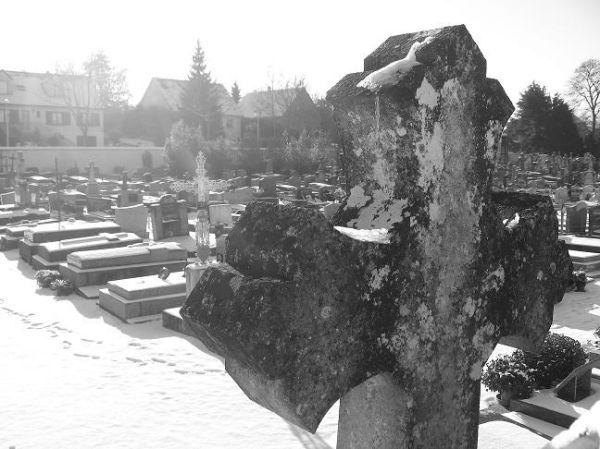 cimetière noir et blanc croix neige tombes