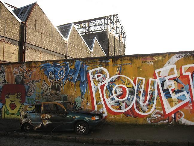 voiture brûlée nantes mur graphiti industries