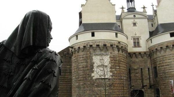 anne de bretagne chateau nantes ducs statue