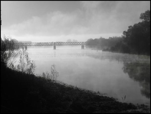 chinon le pont de chemin de fer sous la brume
