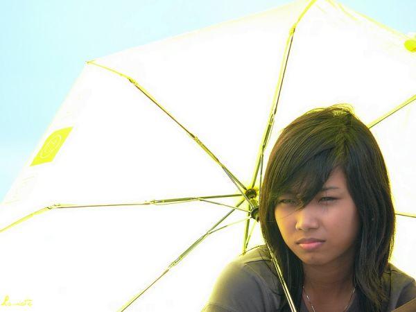 No-yellowface girl with yellow umbrella