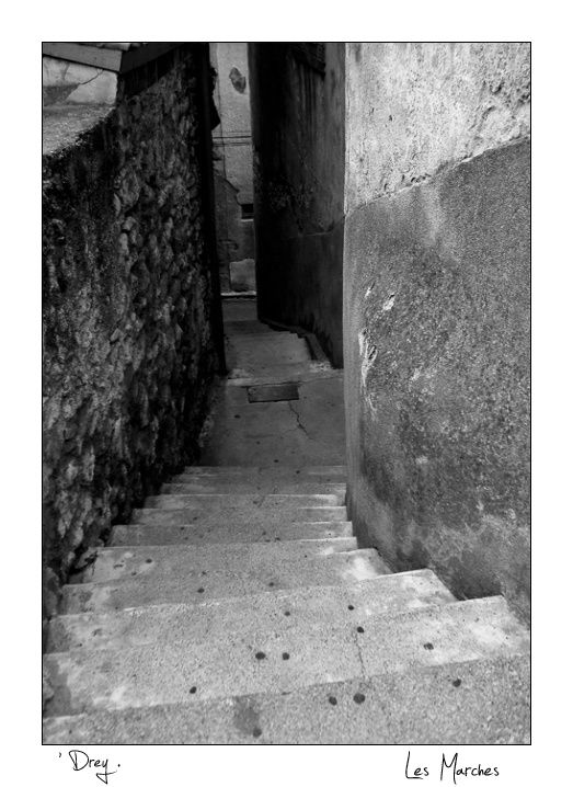 Un escaliers typique du village médiéval Murviel