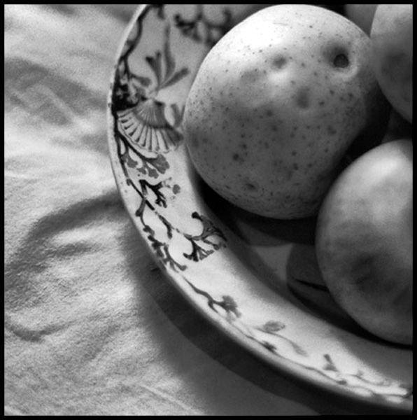 Plat ancien avec des pommes
