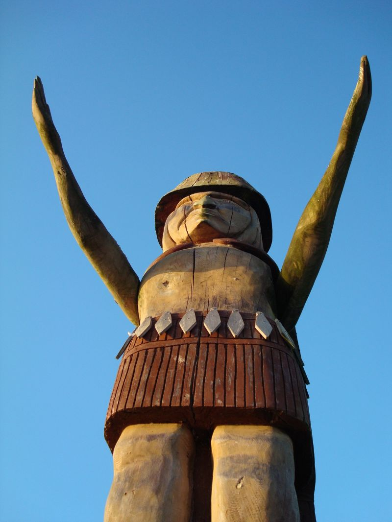 a statue with arms reaching out