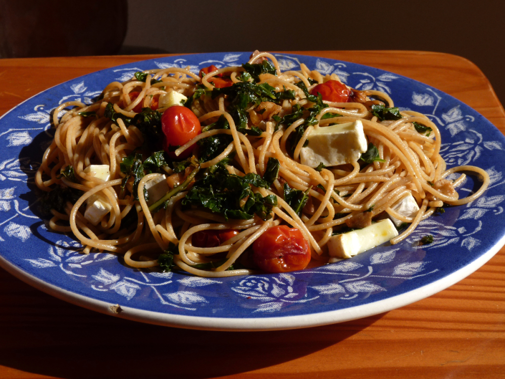 Spaghetti with cherry tomatoes and kale