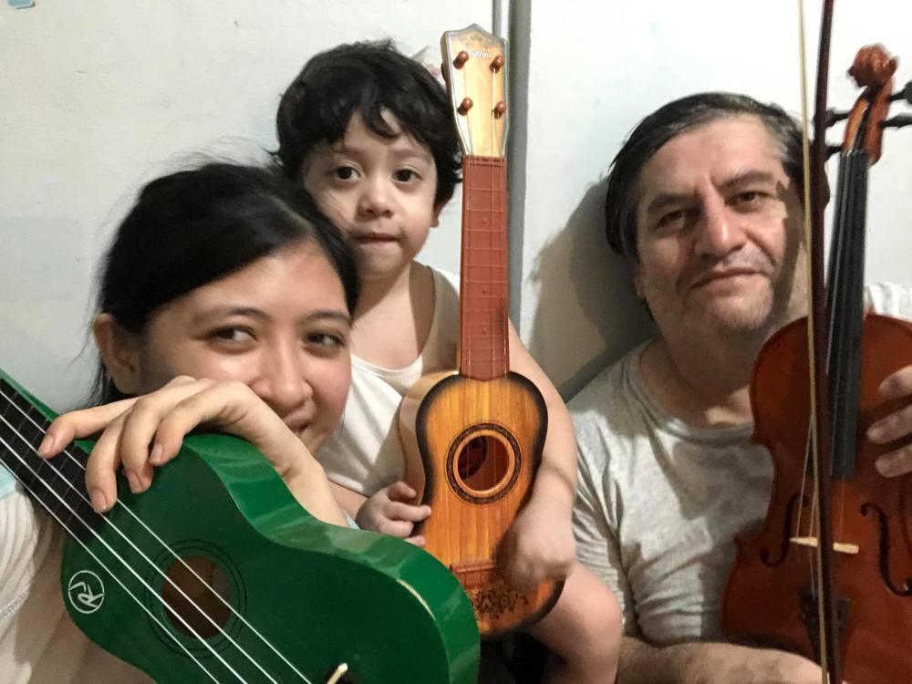 Papá, Marco y su hermana.