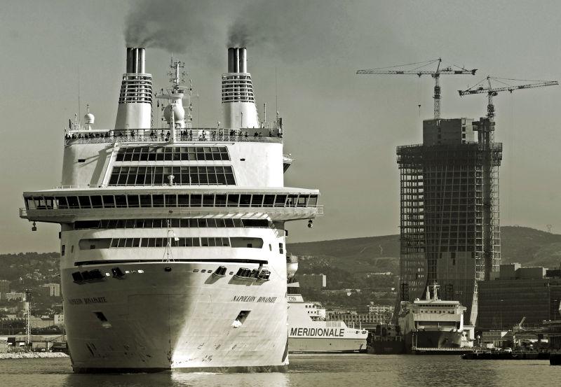 ferry dans le port de marseille au depart