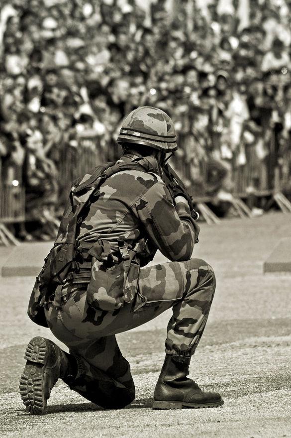 militaire en démonstration