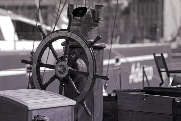 barre d'un voilier dans le port de marseille