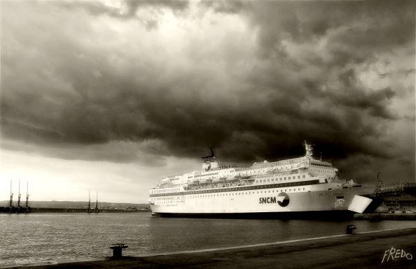 ferry dans le port de marseille