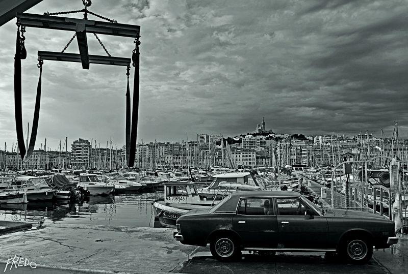 voiture sur le vieux-port de Marseille