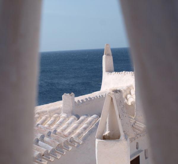 ... la mar de Menorca entre el blanc i l'atzur