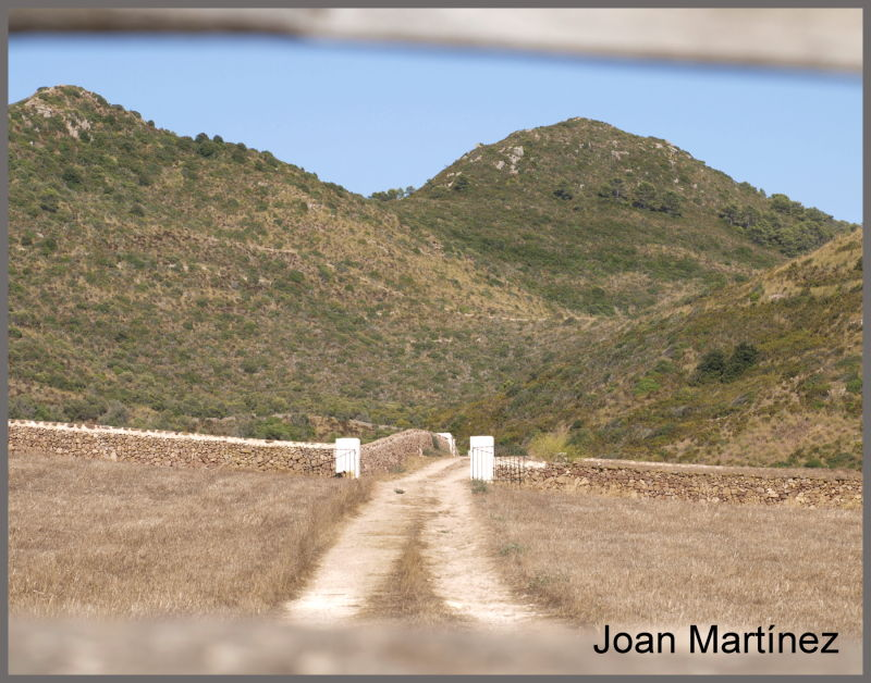 camí que puja a una muntanya i baixa un pujol