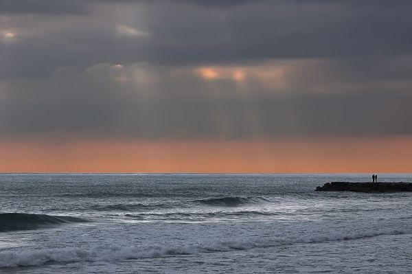 Parella mirant el mar