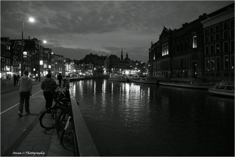 Le long des canaux, la nuit..