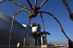 Guggenheim Bilbao#39- Under the legs of the spider
