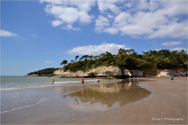 La plage au pied de la falaise
