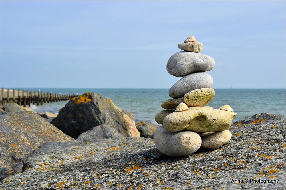 petit cairn au bord de mer