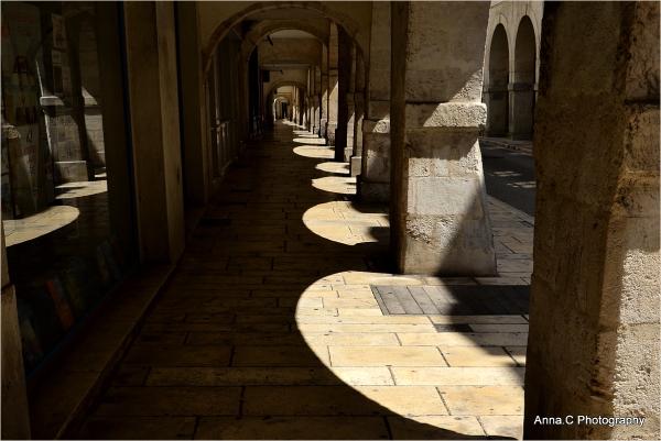 Ombre et lumière sous les arcades
