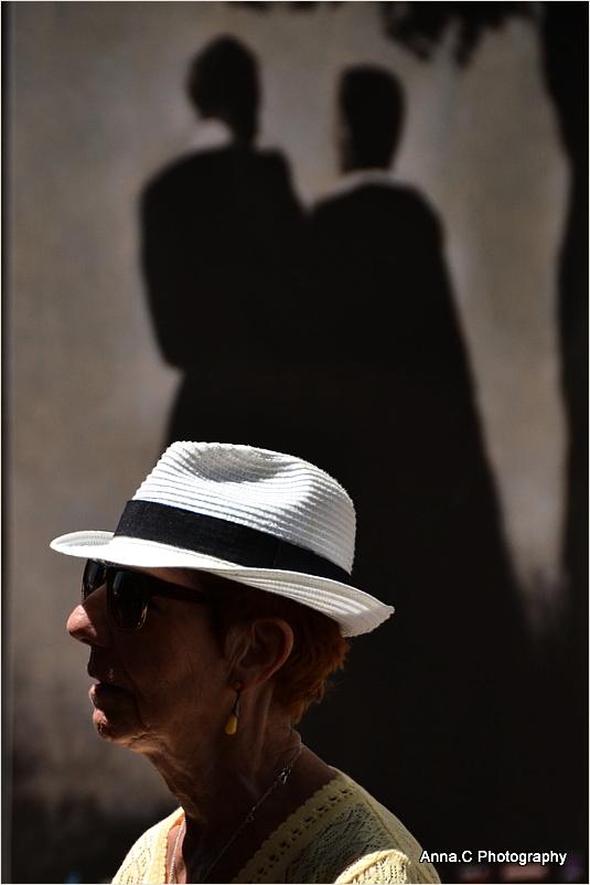 La festivalière au chapeau
