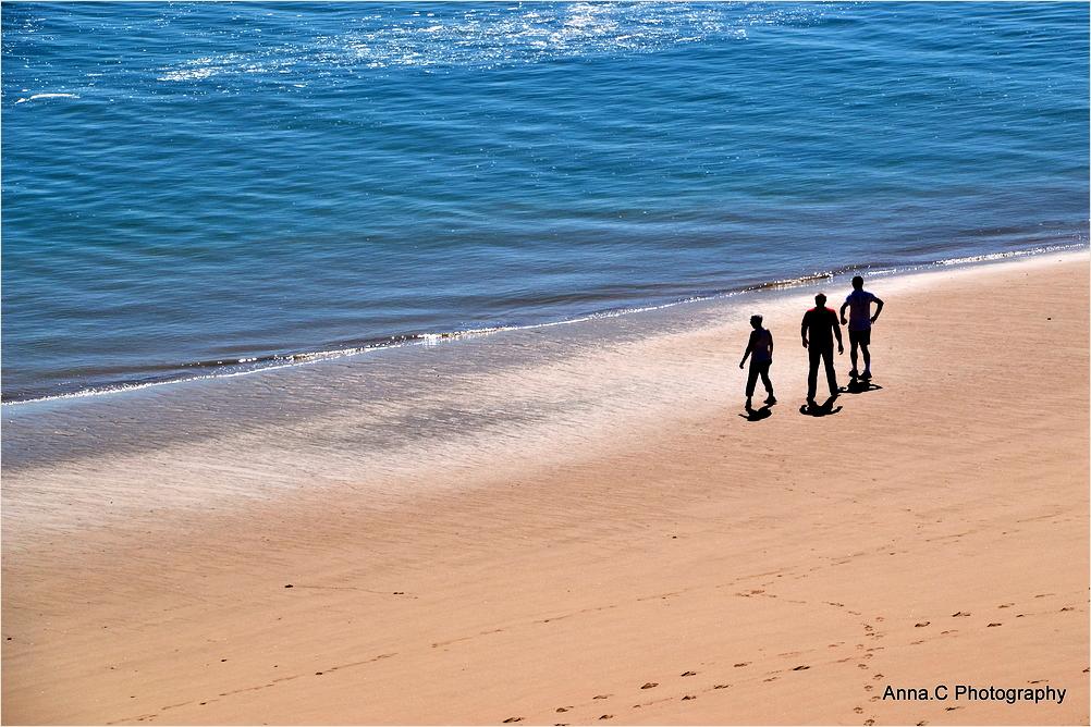 Trois hommes face à la mer