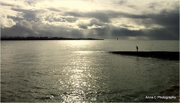 Le pêcheur sur la digue