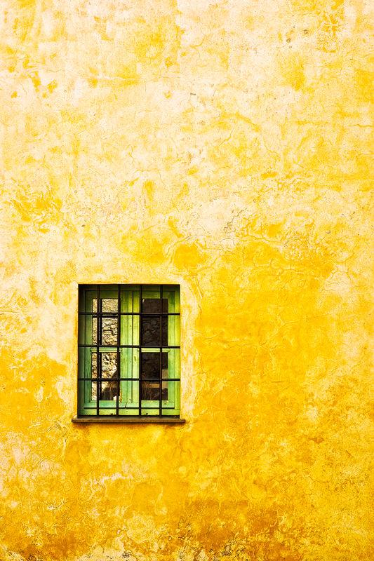fenêtre sur mur jaune
