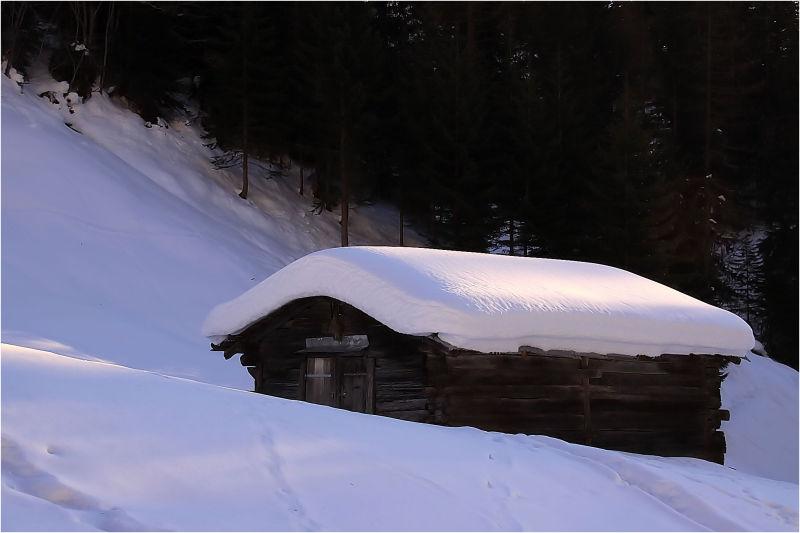 Le petit chalet sous la neige