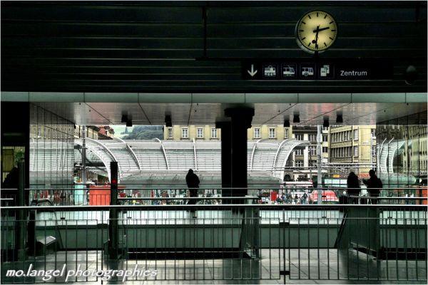 Attention, le train part  à l'heure