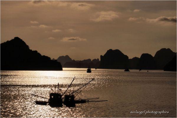 Le jour s'en va sur la baie d'Halong