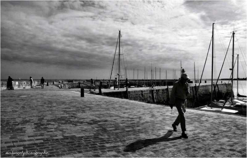 Il marche seul mais son ombre l'accompagne