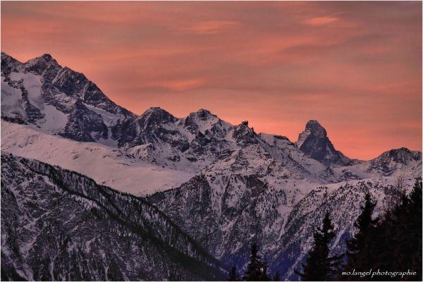Le jour se lève sur les montagnes