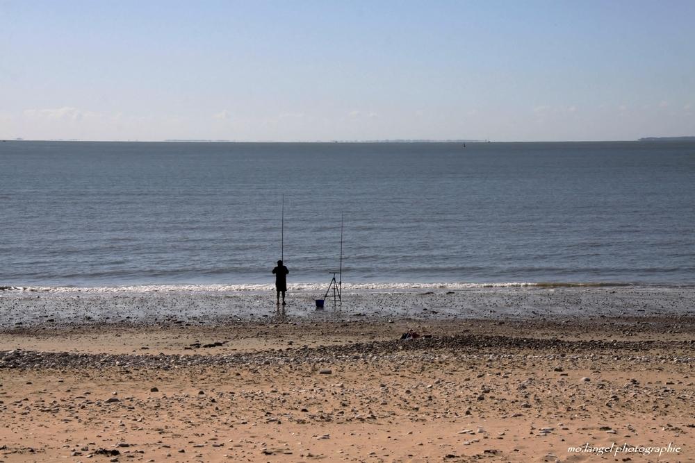 La patience du pêcheur face à la mer