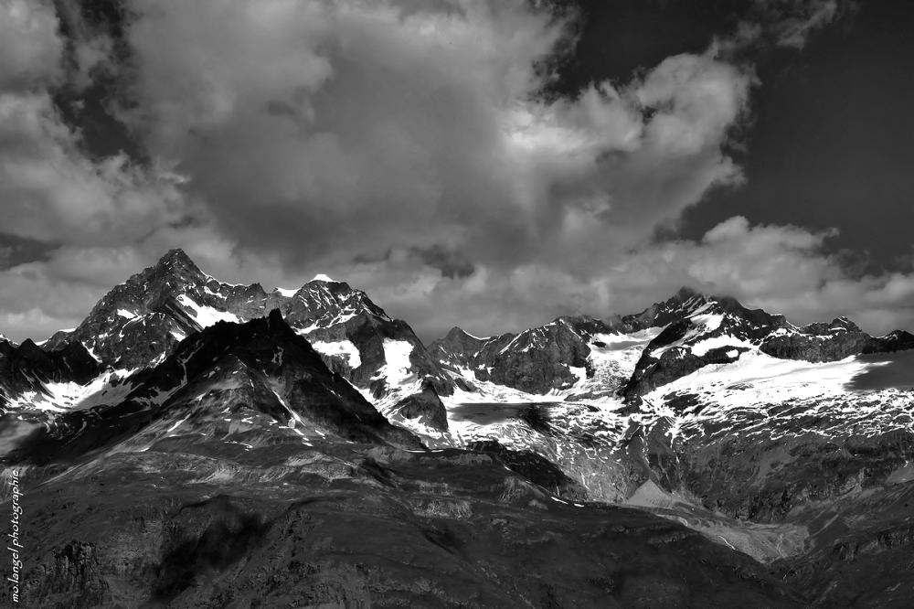 Les nuages flirtent avec la montagne
